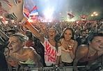 Tutti pazzi per la pallanuoto - In Italia feste di massa come questa si vedono solo per i successi calcistici; in Serbia anche la pallanuoto ha un posto speciale nel cuore dei tifosi. Questa notte Belgrado è rimasta sveglia per il trionfale ritorno in patria della nazionale, reduce dalla vittoria del titolo iridato ai Mondiali di Roma. Afp