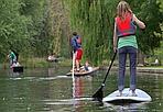 Uno sport in voga - I giovani inglesi si sono inventati una nuova disciplina: il paddle board. Qui alcuni giovani lo praticano a Cambridge, sul fiume Cam. Lapresse