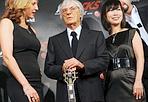 Bernie è rock - Ecclestone con Becky Morgan e Lynette Pang durante il lancio di F1 Rocks a Londra. Epa
