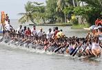 Cento con - Un'imbarcazione si esercita per il Nehru Trophy, famosa competizione che si svolgerà sabato nelle acque del lago Punnamada, nella parte meridionale dell'India. La gara è riservata a barche molto lunghe, con equipaggio composto da un massimo di cento vogatori. Reuters