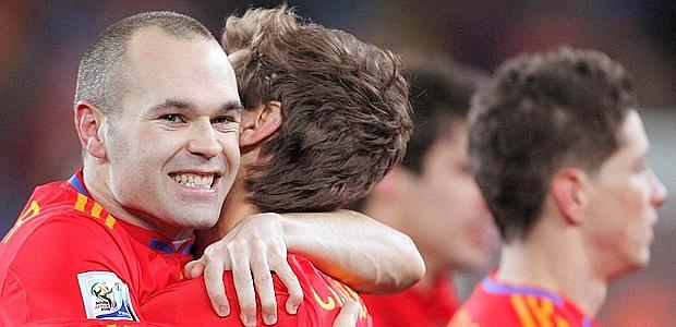 Eroici Casillas e IniestaLa loro firma sul Mondiale