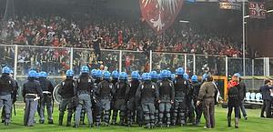 Poliziotti in campo in tenuta antisommossa. Ipp