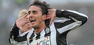 Alberto Aquilani festeggia il 2-1 finale. Ap