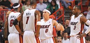 Gli Heat delusi per l'ennesima sconfitta. Reuters