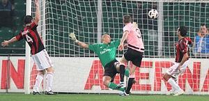 Goian va in gol nella difesa immobile rossonera. LaPresse