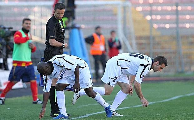 Perso qualcosa? - Lecce-Udinese: Armero lascia il campo per far posto a Giovanni Pasquale, sotto lo sguardo del quarto uomo. LaPresse