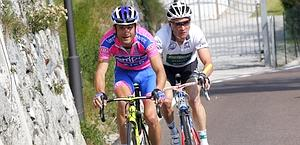 L'azione in salita di Michele Scarponi, 31 anni, e Thomas Voeckler. Bettini