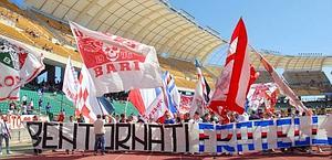 Le tifoserie di Bari e Samp, gemellate, festeggiano prima della partita. Ansa