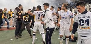 Negli scontri sono stati coinvolti anche i giocatori dell'Atromitos. Afp