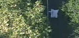 Il corpo di Weylandts coperto da un lenzuolo. Ansa