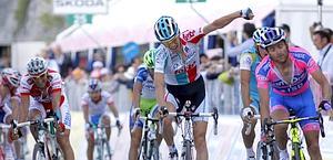 Il belga De Clercq resiste alla rimonta di Scarponi. Bettini