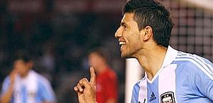 Sergio Aguero in azione con la maglia dell'Argentina. Reuters