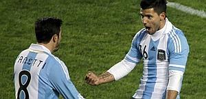 Sergio Aguero festeggia il pareggio con Javier Zanetti. Epa