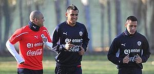 Arturo Vidal, al centro, sul campo di allenamento del Cile con Alexis Sanchez (a destra) e Humberto Suazo. Epa