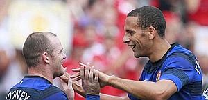 Rio Ferdinand e Wayne Rooney esultano dopo un gol contro i Chicago Fire. Ap