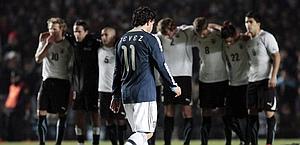 Tevez dopo l'errore dal dischetto con l'Uruguay. Ansa