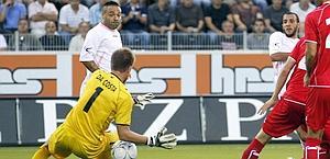 Gonzalez (a destra) firma il gol che illude il Palermo. Reuters