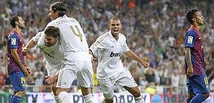 Xabi Alonso festeggiato al gol del 2-2. Reuters