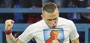 Malecki mostra una maglietta dedicata a Papa Wojtyła. Afp