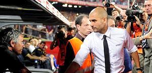 Il saluto tra Guardiola e Mourinho. Afp