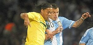 Ronaldinho a duello con Canteros. Reuters