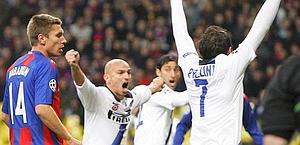Pazzini esulta con Cambiasso dopo il 2-0. Reuters