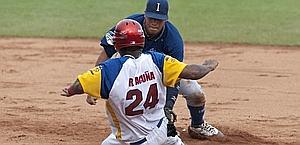 J.C. Infante elimina Acuna in seconda base. Ratti