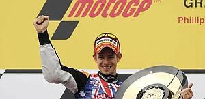 Stoner festeggia sul podio compleanno, vittoria e titolo. Reuters