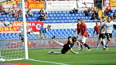 Il gol dell'1-0 realizzato dall'esordiente Lamela. Ansa