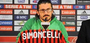 Gennaro Gattuso in conferenza stampa con una maglia del Milan dedicata a Simoncelli. Ansa