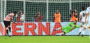 Il rigore dell'1-0 realizzato da Maurizio Pinilla, 27 anni. Ansa
