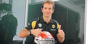 Trulli mostra il casco coi colori di Simoncelli. Colombo