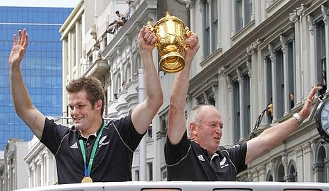 Il capitano degli All Blacks, Richie McCaw, con Graham Henry, 65 anni, in trionfo per Auckland. Reuters