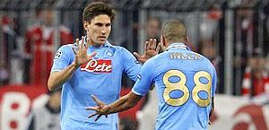 Federico Fernandez festeggia con Inler il gol del 2-3. Reuters