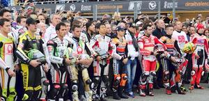 Il ricordo dedicato a Simoncelli, con tutti i piloti in pista. Afp