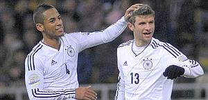 Thomas Muller, 21 anni, festeggiato da Dennis Aogo dopo il 3-3 della Germania. Ap