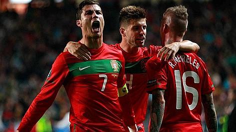 Ronaldo, Veloso e Meireles dopo l'1-0 del Portogallo. Ap