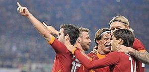 Gruppo romanista in festa dopo l'1-0. Lapresse