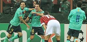 Xavi e Fabregas, tra i migliori in campo, festeggiano il gol del 3-2. Ansa