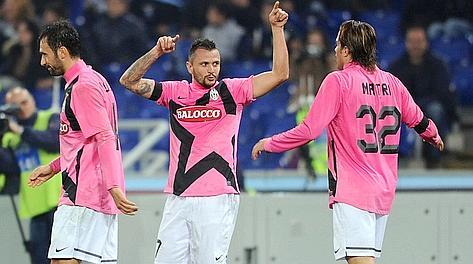 Simone Pepe, festeggiato da Vucinic e Matri dopo l'1-0. Afp