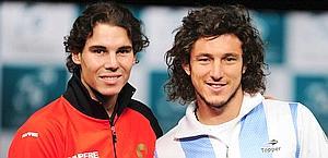 Rafael Nadal e Juan Monaco inaugurano la finale. Afp