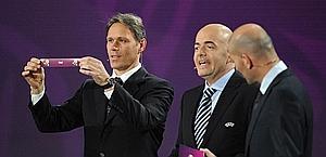 Marco Van Basten e il sorteggio dell'Italia. Reuters