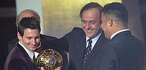 Leo Messi con Platini e Ronaldo. Ansa