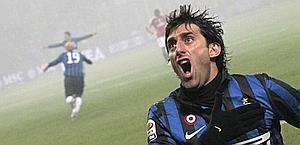 Diego Milito esulta: il Principe ha deciso il derby. Reuters