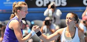 Stretta di mano fra Petra Kvitova e Sara Erani a fine match. Afp
