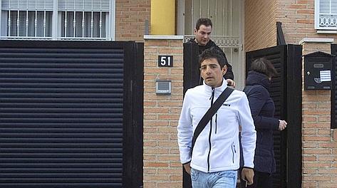 Jesus Hernandez esce dalla casa di Contador dopo la sentenza. Reuters