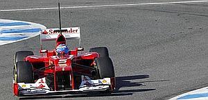 Fernanado Alonso in pista a Jerez nei test di F.1. Reuters