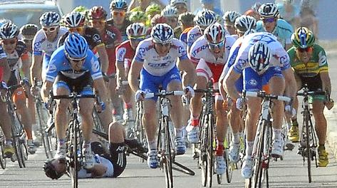 La caduta di Mark Cavendish. Ansa