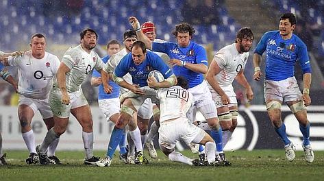 Sergio Parisse, man of the match, attacca la linea inglese. Reuters