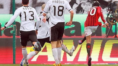 Robinho scocca la palla del 3-0. Ansa
